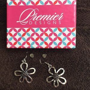 NWOT Premier daisy flower earrings